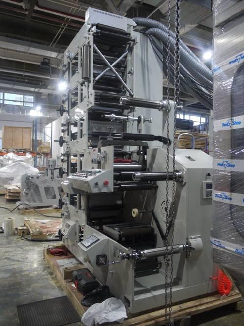 Фотография флексографской печатной машины AtlasFlex-320 со стороны высечной секции с системами   размотки холодного ламината и намотки облоя, стола для переворота полотна и секций   размотки и намотки полотна, системы контроля и равнения полотна на размотке   полотна